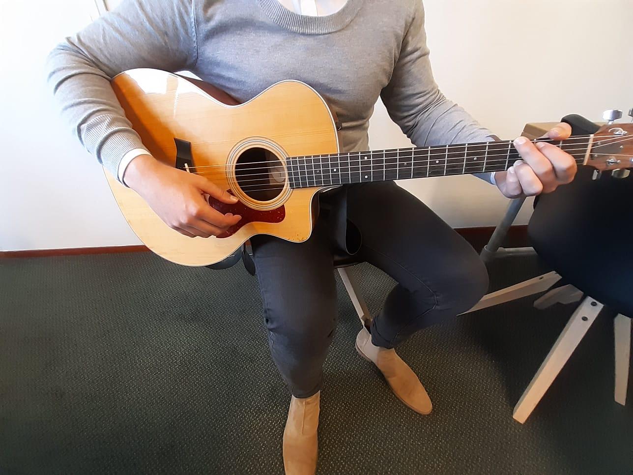 Hoe houd je een gitaar vast